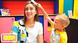 Vlad Nikita y mami en la peluquería para niños! Nuevos peinados para niños