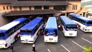 この状態からどうやって転回すんのよ?? How to maneuver tourist bus in tight situation. 九州産交 観光バス動画 Tourist Bus movie. thumbnail