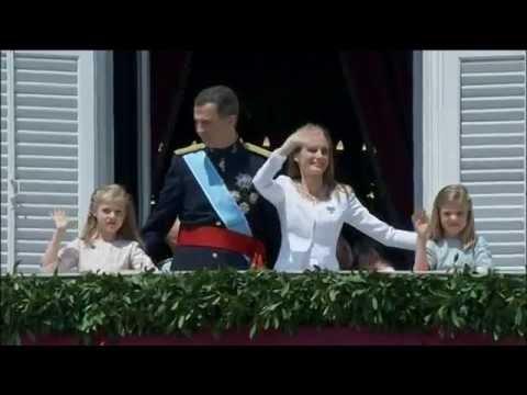 SS.MM. los Reyes saludan desde el Palacio Real de Madrid