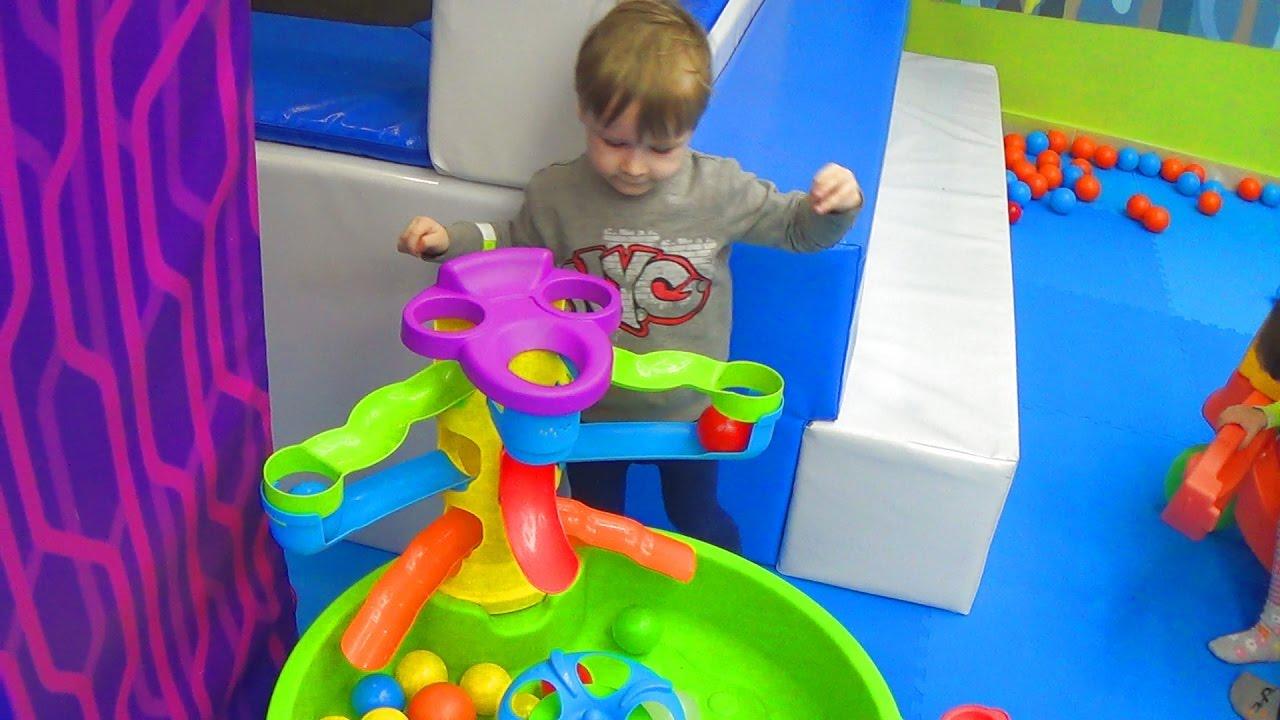 Детская игровая комната - Влог Макс играет в детской комнате Алиса знает что делать! Много игрушек.