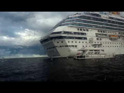 Punta del Este(Uruguay) - Bote do Costa Fascinosa navegando para a cidade