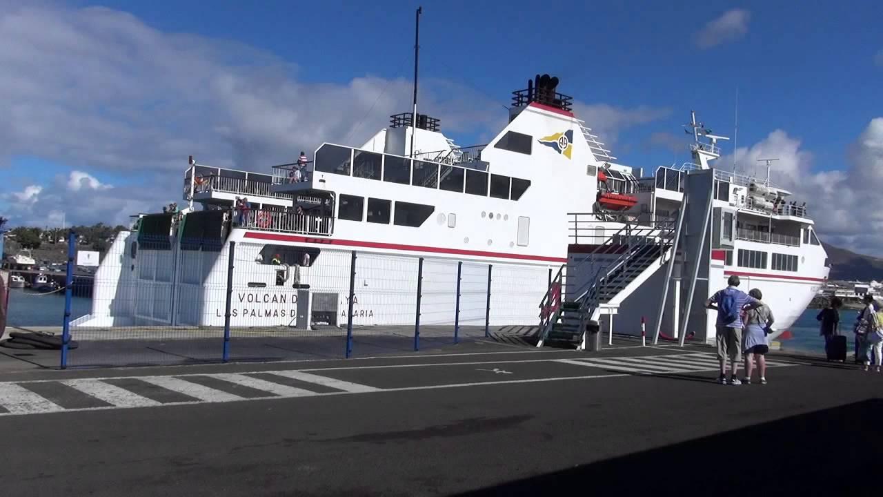 Ferry de la naviera armas atracando en el puerto for Oficina armas lanzarote