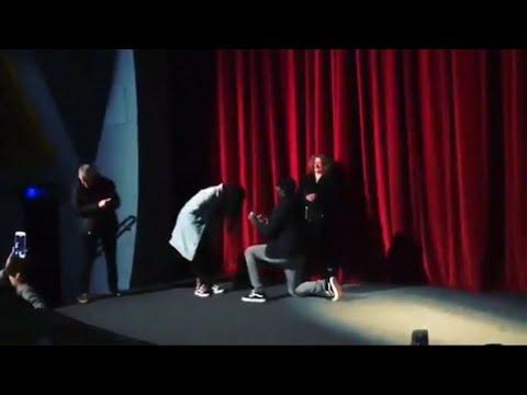 أدريس ألبا يطلب الزواج من حبيبته راكعا أمام جمهوره  - 21:23-2018 / 2 / 11