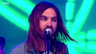 "Tame Impala ""Why Won´t They Talk To Me"" live Glasto 2016"