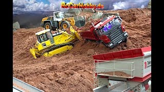 AMAZING R/C TRUCK ACTION - stucking in deep sand - CONSTRUCTION WORLD - Nov 2017 p5