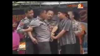 Download Video Video Polisi pakaian Dinas Lengkap MABUK berat Di Panggung Dangdut MP3 3GP MP4