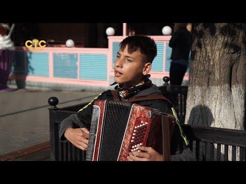 Четырнадцатилетний музыкант покоряет Кировку талантом