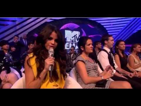 2011 MTV EMA SELENA INTRODUCES JUSTIN BIEBER