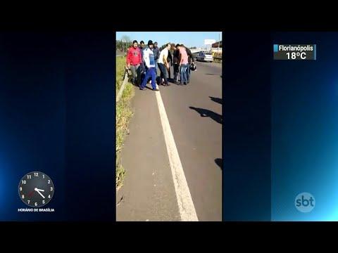 Caminhoneiro é baleado após discussão com motorista em bloqueio | SBT Notícias (26/05/18)