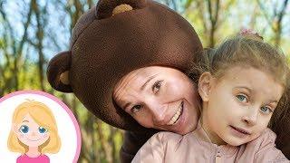 Маленькая Вера и её друг Бурый Медведь гуляют в парке и помогают животным