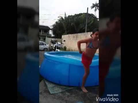 Pulos na piscina youtube for Caillou na piscina