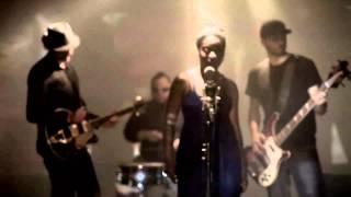 Repeat youtube video Iyeoka - Simply Falling (Subtitulo Español) Vídeo Oficial HD