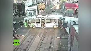 Un tren casi embiste a un bus lleno de pasajeros en Argentina