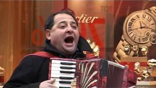Straatmuzikant zingt de longen uit zijn lijf op de Demer