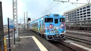 富山県のJR高岡駅にて、JR城端線を「ふたつか」に向けて発車する「忍者...