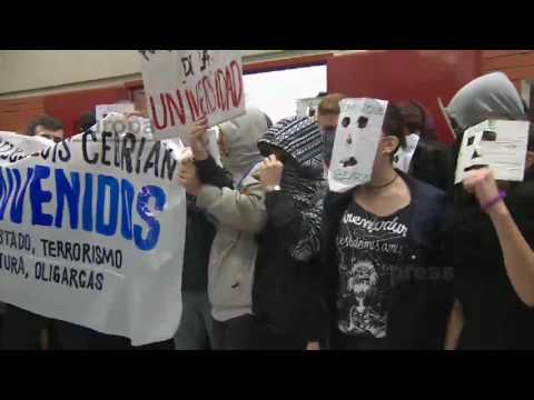 Protesta contra Felipe González y Cebrián en la Universidad Autónoma