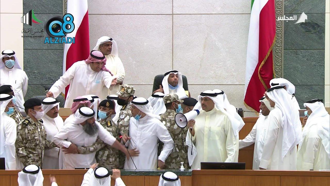 هوشة النائب صالح ذياب الشلاحي مع أمين عام مجلس الأمة عادل اللوغاني في وسط هوشة المنصة