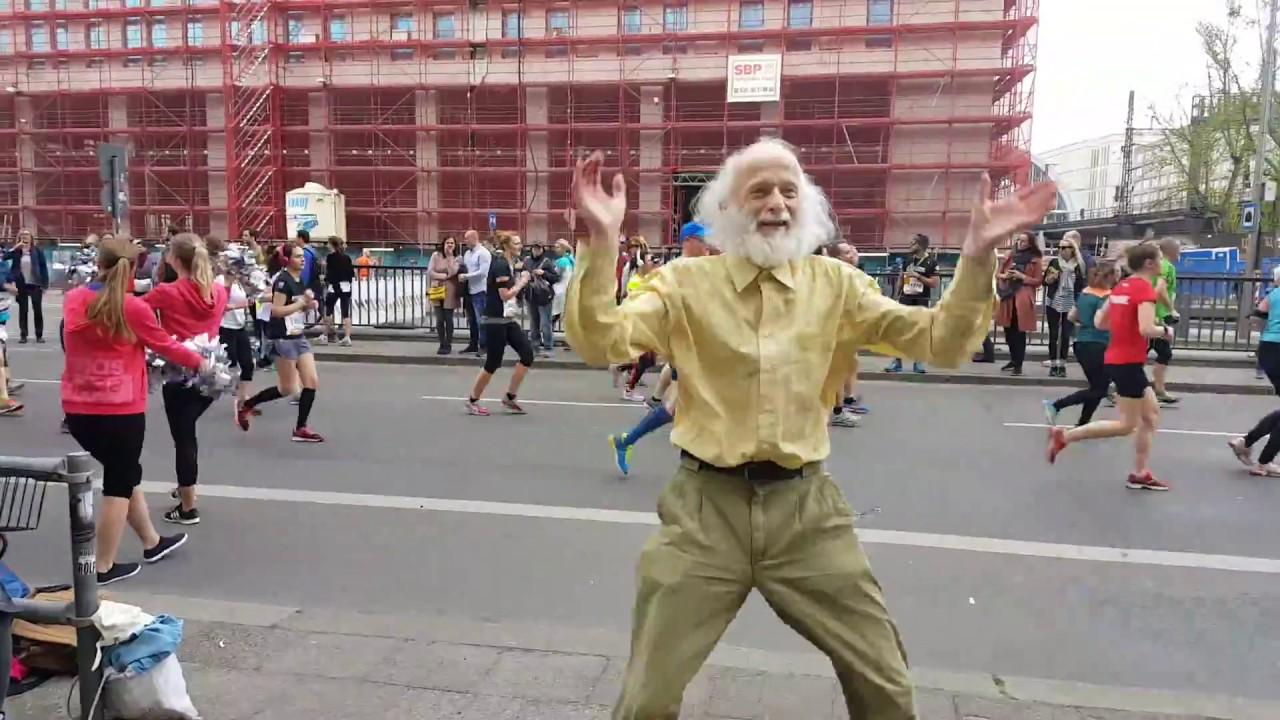 berlin halbmarathon 2017 cooler opa l sst cheerleader alt aussehen youtube. Black Bedroom Furniture Sets. Home Design Ideas
