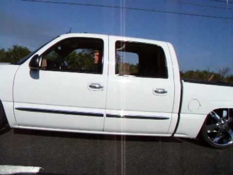 Crew Cab GMC layin frame on 26's - YouTube
