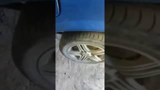 прикол в автосервисе  петух в колесе