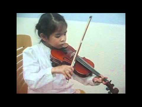 violin twinkle stars played by 4 year old Tina sep2011.wmv