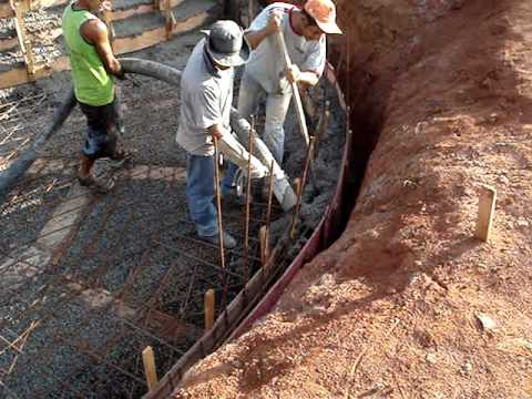 Fazendo uma grande piscina enchendo de concreto youtube - Cemento para piscinas ...