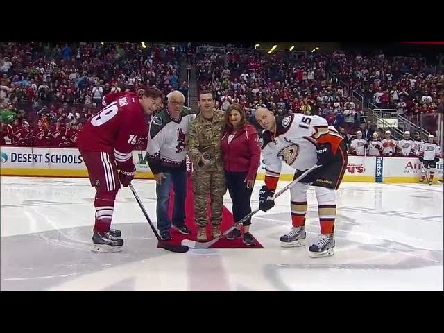 Soldier returns home to surprise family during puck drop