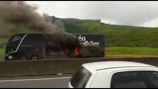 Ônibus do cantor Léo Magalhães pega fogo