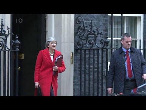 Theresa May luta para manter o emprego