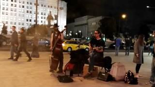 Уличные Музыканты Круто поют под гитару ~ Жуки Села Батарейка