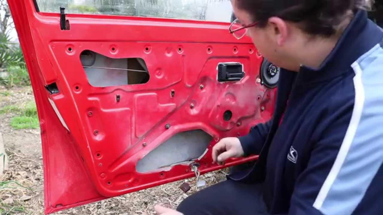 C mo cambiar ventana puerta coche youtube for Como reparar un cristal agrietado