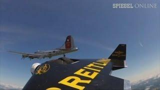 """Neben einer Boeing B17: """"Jetman"""" Yves Rossy trainiert in den USA"""