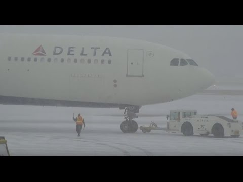 (HD) Watching Airplanes - Snow Storm - Minneapolis / St. Paul International Airport KMSP / MSP