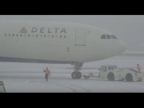 (HD) Watching Airplanes - Snow Storm - Minneapolis / St. Paul International Airport KMSP / MSP