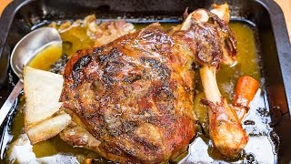Slow roasted lamb shoulder recipe. With spring garlic and lardo in white wine | Gustomondo