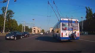 Мужчина прокатился на лестнице троллейбуса в Кишиневе
