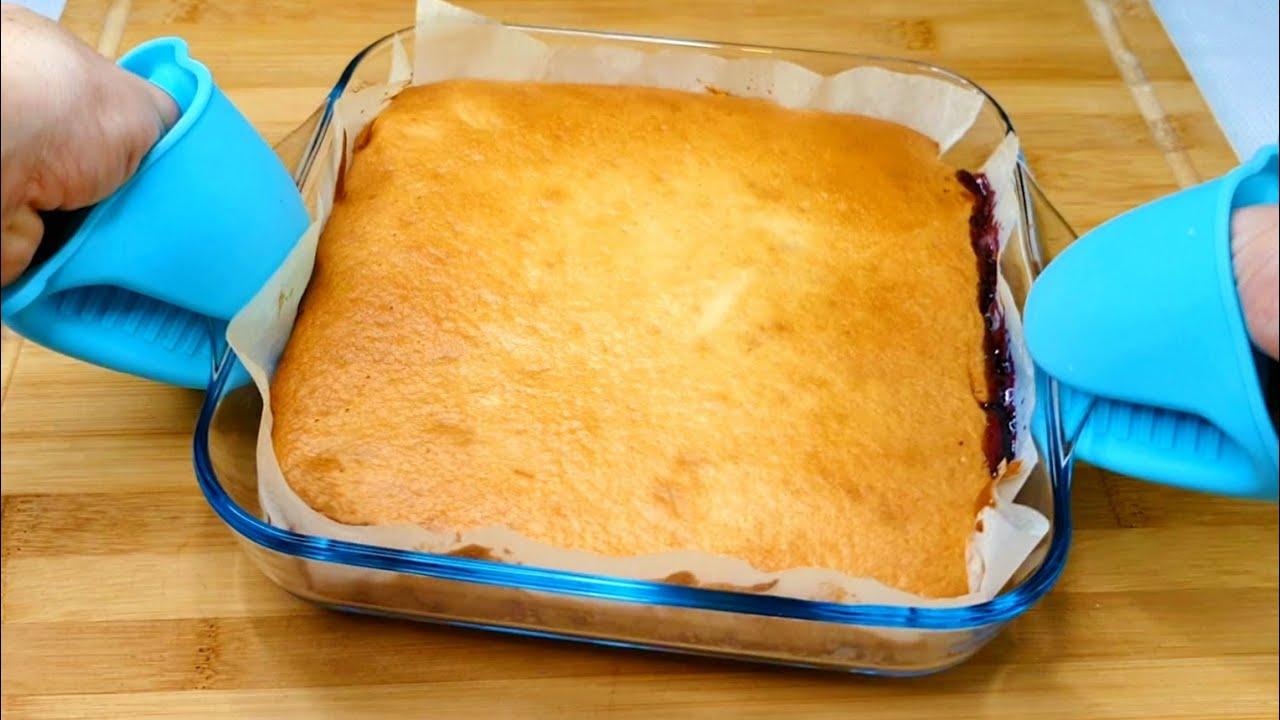 Download Einen verschütteten Kuchen, den Sie jeden Tag backen werden, einen Kuchen mit Marmelade.