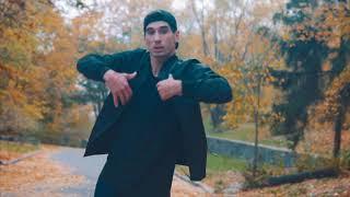Парень идет по улице и танцует хип-хоп.