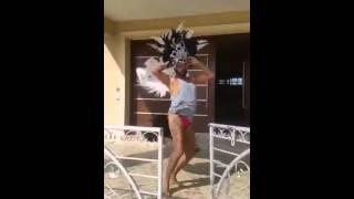 Азис танцува като бразилка