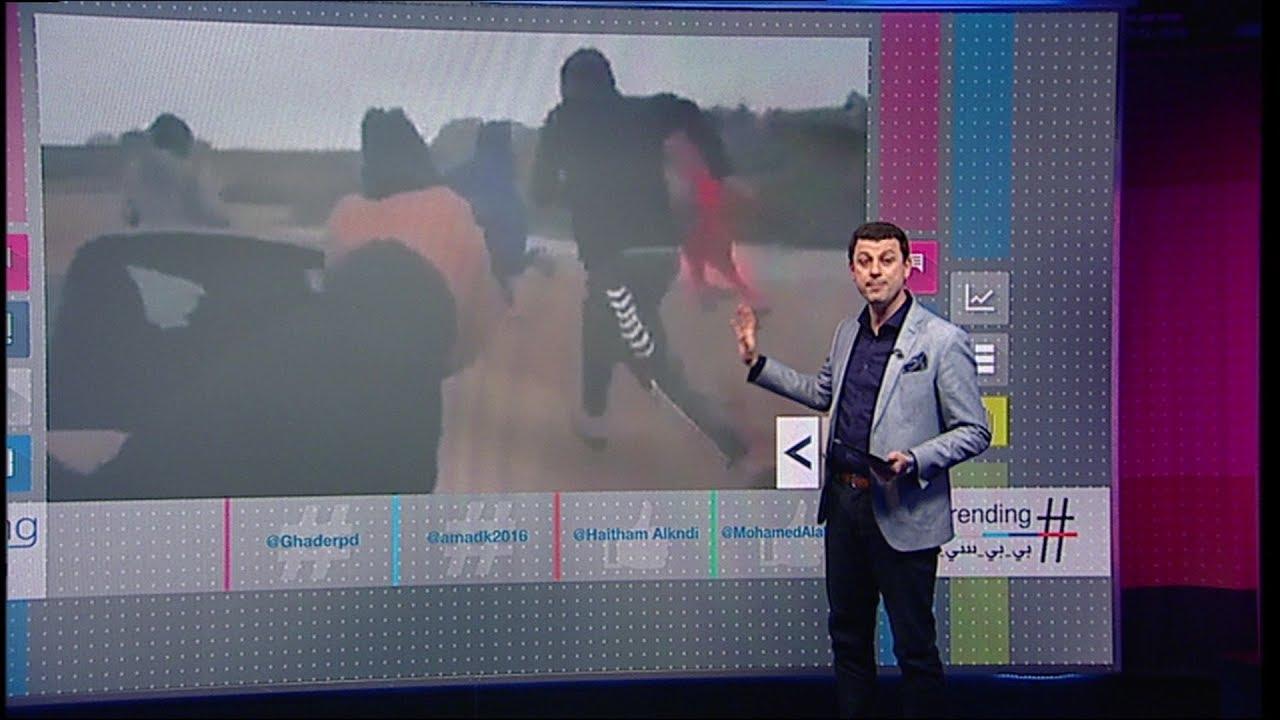 عراقي يرهب الأطفال بنار مسدسه من اجل الضحك