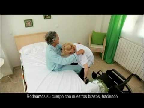 Cuidados enfermer a pasar de la cama a la silla de ruedas for Sillon para una persona