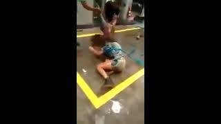 Novinhas brigam, ficam nuas em saída de Baile Funk..