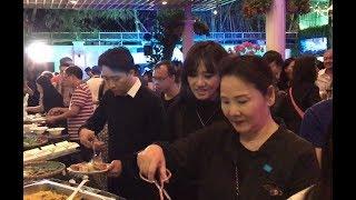 Trấn Thành bật khóc khi dẫn Hari Won đi ăn khai trương nhà hàng của Kim Thư cùng dàn sao Việt