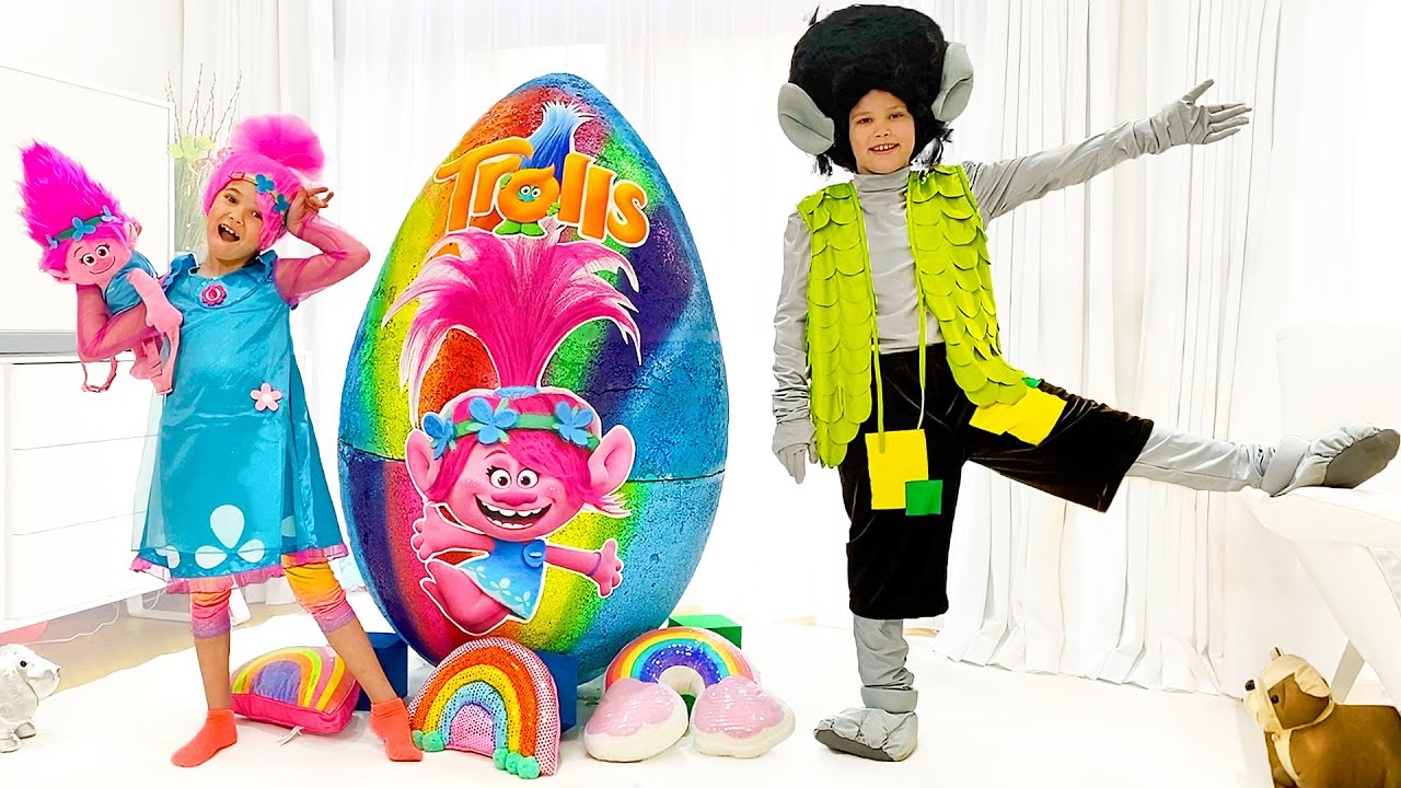 Катя и новая история про Яйцо Trolls с игрушками