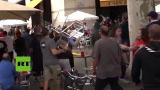 Vuelan las sillas durante una manifestación en Barcelona