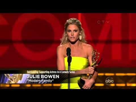 Julie Bowen wins an Emmy for Modern Family at the 2012 Primetime Emmy Awards!