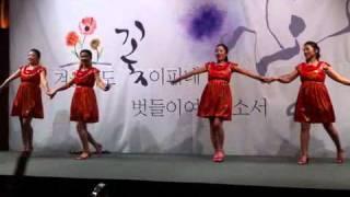 춤 추는 사람들의 옷이 계속 바뀌는 신기한 공연