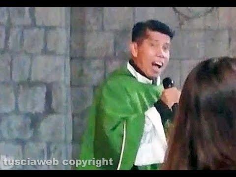 Don Dante, il prete che canta Ed Sheeran durante la messa