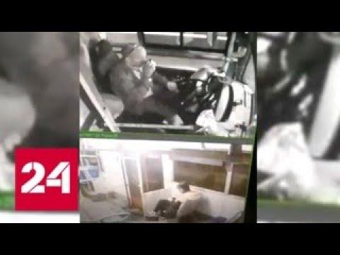 Автобус с потерявшим сознание водителем снес столб в Казани - Россия 24
