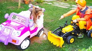 ARABA ÇAMURA BATTI ALİ ARDİANA'YI KURTARDI - Kids Ride on Power Wheel Excavator Car Stuck in the Mud
